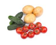在白色背景隔绝的菜分类 成熟蕃茄 有机土豆 新鲜的黄瓜 健康秋天沙拉 库存照片
