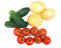 在白色背景隔绝的菜分类 成熟蕃茄 有机土豆 新鲜的黄瓜 健康秋天沙拉 免版税图库摄影