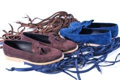 在白色背景隔绝的蓝色和米黄两双对鞋子 免版税库存照片