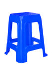 在白色背景隔绝的蓝色塑料椅子 库存照片