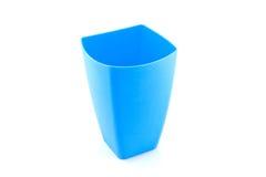 在白色背景隔绝的蓝色杯子 免版税库存照片