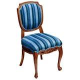 在白色背景隔绝的蓝色镶边椅子 免版税库存图片