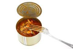 在白色背景隔绝的西红柿酱的罐装鱼西鲱 免版税图库摄影