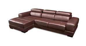 在白色背景隔绝的豪华皮革壁角棕色沙发 免版税图库摄影