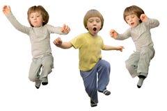 逗人喜爱小男孩跳跃 免版税库存照片