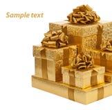 在白色背景隔绝的金黄箱子 免版税库存照片