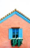 在白色背景隔绝的阳台意大利样式房子 免版税库存图片