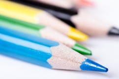 在白色背景隔绝的颜色铅笔 铅笔线  登记概念教育查出的老 许多被分类的颜色铅笔 抽象背景颜色设计调色板 免版税库存照片