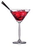 在白色背景隔绝的马蒂尼鸡尾酒玻璃的红色鸡尾酒 库存图片