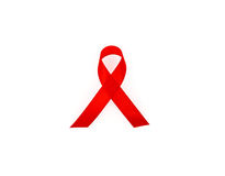 在白色背景隔绝的援助了悟红色心脏丝带 库存图片