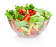 在白色背景隔绝的玻璃碗的新鲜蔬菜沙拉 免版税库存图片