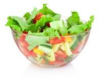 在白色背景隔绝的玻璃碗的新鲜蔬菜沙拉 免版税库存照片