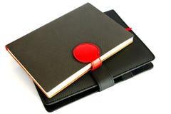 在白色背景隔绝的黑笔记本,保护concep 免版税图库摄影