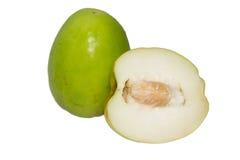 在白色背景隔绝的绿色枣或猴子苹果 库存照片