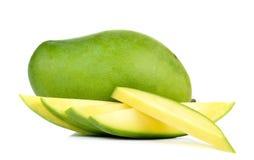 在白色背景隔绝的绿色芒果 库存照片