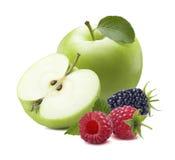 在白色背景隔绝的绿色苹果莓黑莓 免版税库存图片
