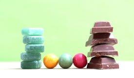 在白色背景隔绝的绿色薄菏糖果 免版税库存图片