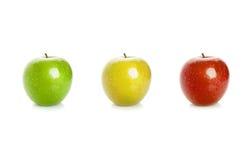 在白色背景隔绝的绿色,黄色和红色苹果 免版税库存照片