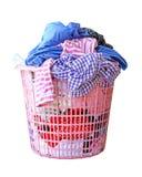 在白色背景隔绝的洗衣篮的衣裳(裁减路线) 库存图片