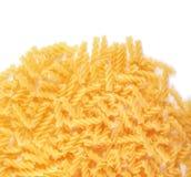 在白色背景隔绝的Fusilli面团 有机黄色面团 鲜美fusilli特写镜头 面粉产品 意大利配菜 库存图片