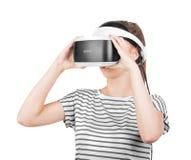 在白色背景隔绝的VR耳机的一个俏丽的女孩 创新技术 虚拟现实玻璃的一个女性游戏玩家 库存图片