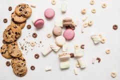 在白色背景顶视图的五颜六色的甜点 免版税库存图片