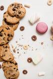 在白色背景顶视图的五颜六色的甜点 库存图片