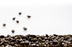 在白色背景,咖啡,芳香底部的咖啡豆  库存照片
