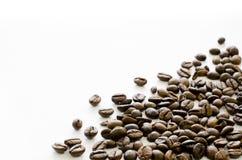在白色背景,咖啡,芳香的右角的咖啡豆, 免版税库存图片