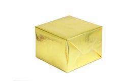 在白色背景,季节问候conce的一个发光的金礼物盒 免版税库存照片
