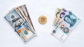 在白色背景,我们为金属硬币bitcoin的美国交换美元 免版税库存照片