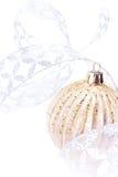 在白色背景,欢乐12月的闪耀的圣诞节金黄球 免版税库存照片