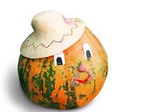 在白色背景,被装饰的帽子的一个大南瓜 库存照片