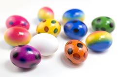 在白色背景,被隔绝的小组,复活节假日的多彩多姿的复活节彩蛋 库存图片