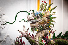 在白色背景,越南,亚洲的龙雕象。 库存照片