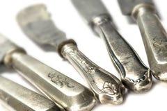 在白色背景,选择的焦点,狭窄的d的老银色刀子 免版税库存照片
