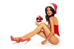 在白色背景-性感的长的腿的圣诞节秀丽 免版税库存照片