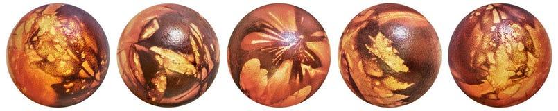 在白色背景洗染了红色和装饰的Aith杂草叶子版本记录顶视图隔绝的五个复活节彩蛋的汇集 库存图片