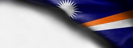 在白色背景-正确的顶面角落的马绍尔群岛旗子 图库摄影