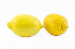 在白色背景-正面图的两个柠檬 免版税库存照片