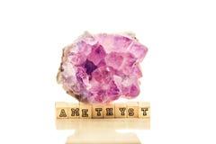 在白色背景-紫罗兰色VA的美丽的紫色的晶族特写镜头 库存图片