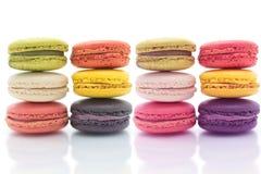 在白色背景Macaron的五颜六色的macarons是甜的 免版税图库摄影