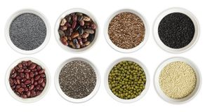 在白色背景superfood隔绝的套 与拷贝空间的Superfood文本的 胡麻种子,鸦片,豆,绿豆, chia 免版税库存照片