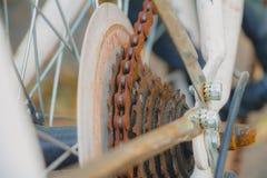 在白色自行车的老生锈的链子 库存图片