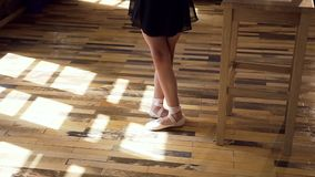 在白色舞厅鞋子的亭亭玉立的芭蕾舞女演员腿训练在芭蕾类 在现代的芭蕾舞剧的芭蕾舞女演员实践 影视素材