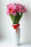 在白色花瓶的桃红色郁金香 免版税库存图片