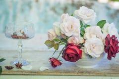 在白色花瓶的淡色玫瑰 免版税库存图片