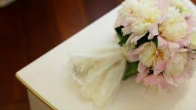 在白色葡萄酒床头柜上的美丽的白色婚礼鞋子 影视素材