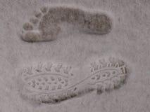 在白色蓬松软的雪的脚印 免版税库存照片