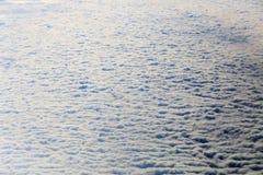 在白色蓬松阴云密布的看法 免版税库存照片